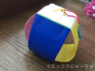 牛乳パックに折り紙を貼る