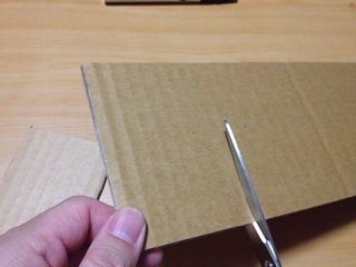 ダンボールをハサミで切る画像