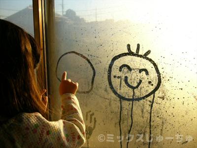 窓にお絵かき幼児の遊び