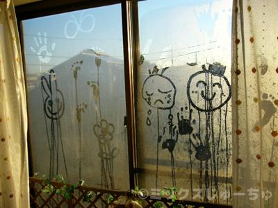 窓ガラスに描いた絵