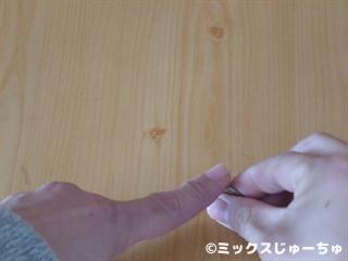 指をこするとコインが回る手品02