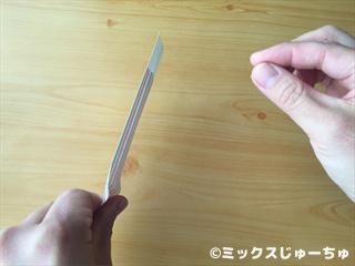 見えない糸で箸袋を動かす手品遊び06