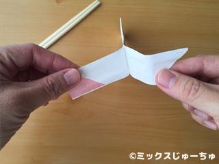 見えない糸で箸袋を動かす手品遊び04