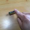 電池を指で弾いて回す