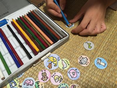 色鉛筆で色を塗る