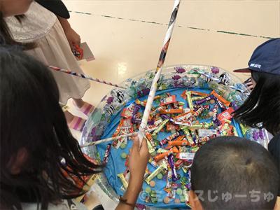 お菓子を釣る子ども