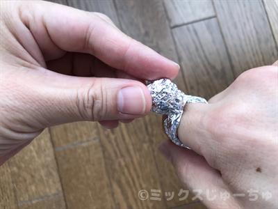 アルミホイルを宝石の形に整える