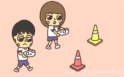 紙皿でピンポン玉を運ぶ子どものイラスト