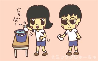 バケツの水を紙コップですくう子ども