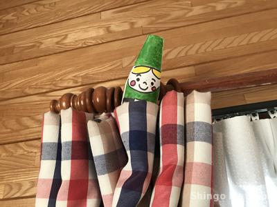 カーテンの上に隠れる小人