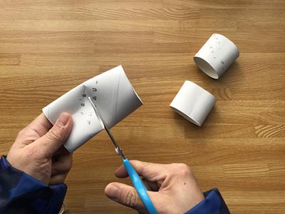 トイレットペーパーの芯を半分に切る