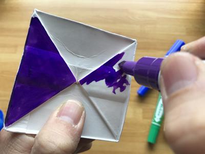 油性ペンで色を塗る