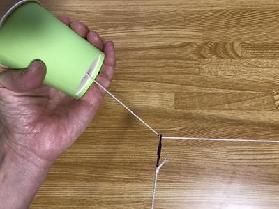 糸電話の糸がピンと張っている