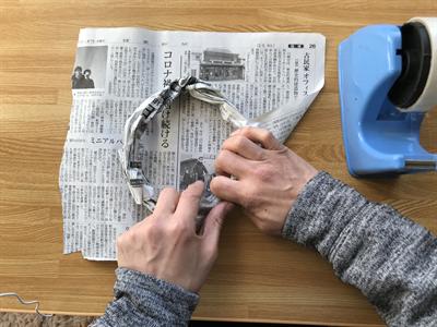 新聞紙を輪に巻き付ける